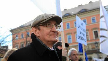 Józef Pinior podczas grudniowej manifestacji KOD we Wrocławiu
