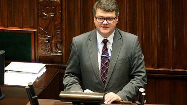 """Maciej Wąsik podczas debaty nad projektem ustawy """"inwigilacyjnej"""""""