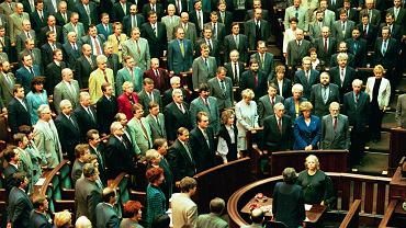 2 kwietnia 1997 r. Zgromadzenie Narodowe śpiewa hymn państwowy tuż po przyjęciu nowej konstytucji. Nową ustawę zasadniczą poparło 451 posłów i senatorów, przeciw głosowało 40, a sześciu się wstrzymało. W referendum 25 maja 1997 r. konstytucję poparło 53,45 proc. głosujących, a 46,5 proc. było przeciw. Frekwencja wyniosła 42,86 proc., ale zgodnie z przepisami referendum było wiążące, nawet jeśli głosowała mniej niż połowa uprawnionych.