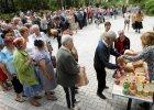 Mieszkańcy Doniecka w kolejce po darmowy chleb