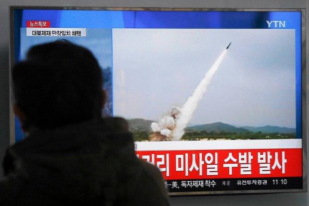 Podczas gdy Rada Bezpiecze�stwa ONZ zaostrza sankcje wobec Pjongjangu, lider komunistycznej Korei P�nocnej testuje kolejne rodzaje uzbrojenia. Kilka godzin po ich wprowadzeniu, Kim da� rozkaz odpalenia kilku rakiet bliskiego zasi�gu. Na zdj�ciu: Zaniepokojeni mieszka�cy Seulu...