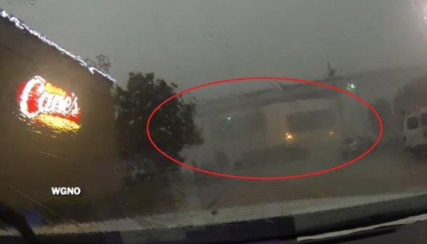 USA. Wiatr zrzuci� wagony z wiaduktu na obrze�ach Nowego Orleanu [WIDEO]