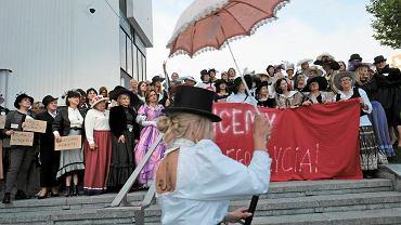 - Chcemy całego życia! Chodźcie z nami kobietami!  - skandowała setka kobiet, które w sobotę przeszły w pochodzie przez Targi Poznańskie. Miały na sobie długie suknie, kapelusze, wytworne parasolki.     'Chcemy całego życia!' - to słowa Zofii Nałkowskiej sprzed stu lat, które stały się symbolem walki o prawa kobiet w Polsce i do dziś nimi pozostają. Pochód otworzył Centrum Stulecia Praw Kobiet, w ramach którego na Kongresie Kobiet przypomniana zostanie 'herstoria', czyli historia walki kobiet w Polsce o swoje prawa. W przyszłym roku mija 100 lat od momentu wywalczenia przez Polki praw wyborczych.