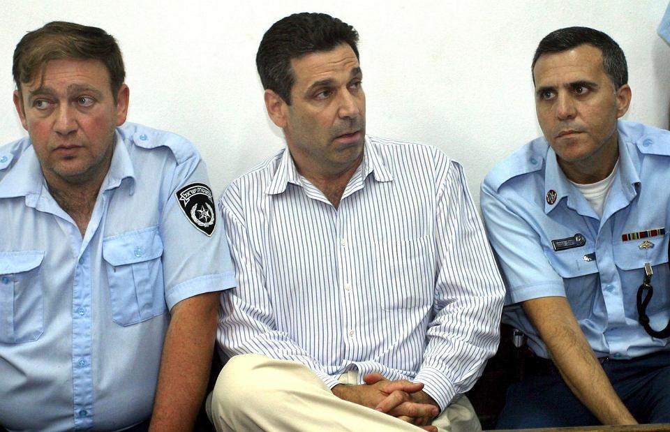 Gonen Segev (w środku) na zdjęciu z 22 kwietnia 2004 r.