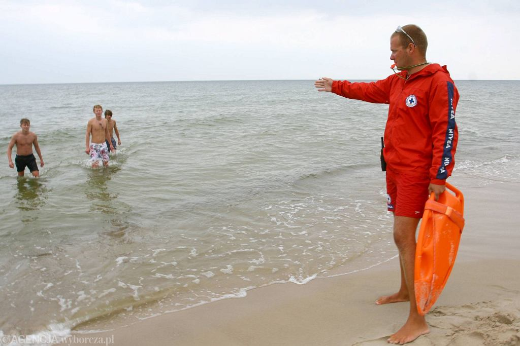 Plaża w Świnoujściu. Ratownik wyprasza z wody plażowiczów nieprzestrzegających zakazu kąpieli (fot. Artur Kubasik / Agencja Gazeta)