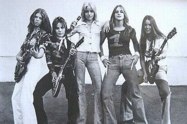 Kim Fowley był producentem i menedżerem zespołu The Runaways. Gwałt miał mieć miejsce w Sylwestra 1975 roku po tym, jak Fox zażyła metakwalon.