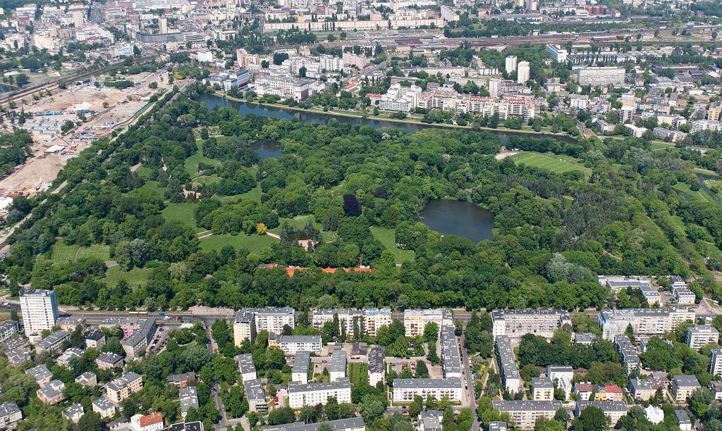 Park Skaryszewski w Warszawie, widok od strony południowej - zdjęcie lotnicze / Autor: Adam Kliczek, http://zatrzymujeczas.pl (CC-BY-SA-3.0)