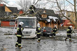 Silny wiatr halny powr�ci� w Tatry. Donald Tusk przyjecha� do Zakopanego