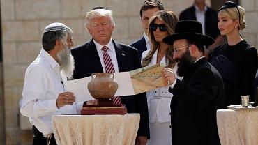 Donald Trump z żoną Melanią i córką Ivanką (ostatnia z prawej) przed jerozolimską Ścianą Płaczu
