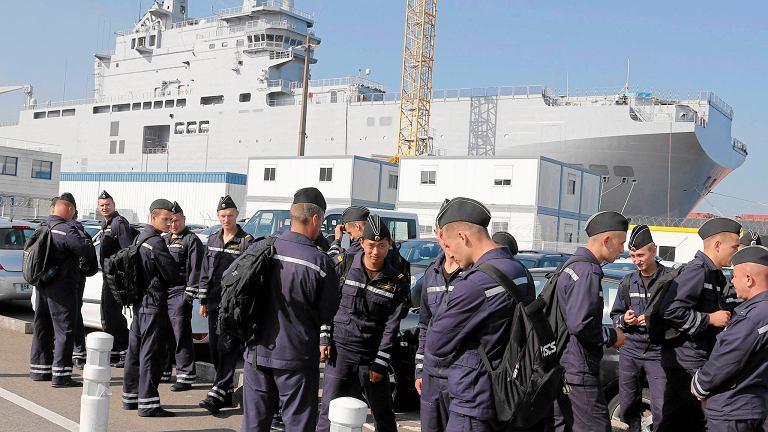 Rosyjscy marynarze w drodze na pokład okrętu Władywostok