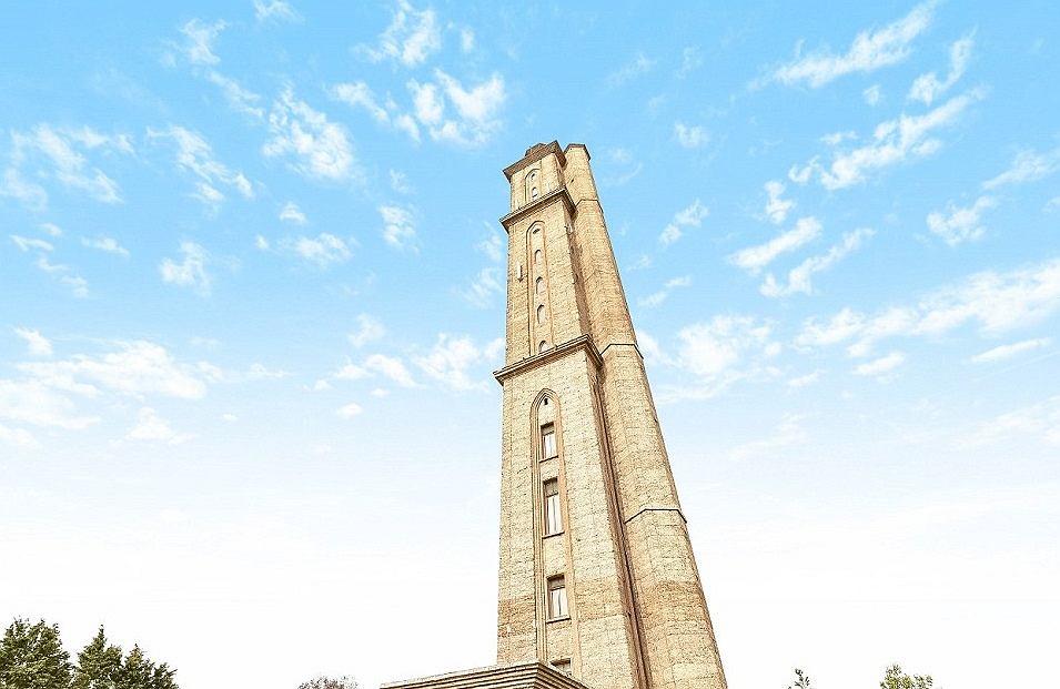 Budynek Sway Tower prezentuje się... wysoko