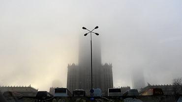Pałac Kultury i Nauki skryty w smogu. 'To tylko mgła' pocieszają się niektórzy... Warszawa, 2 stycznia 2018