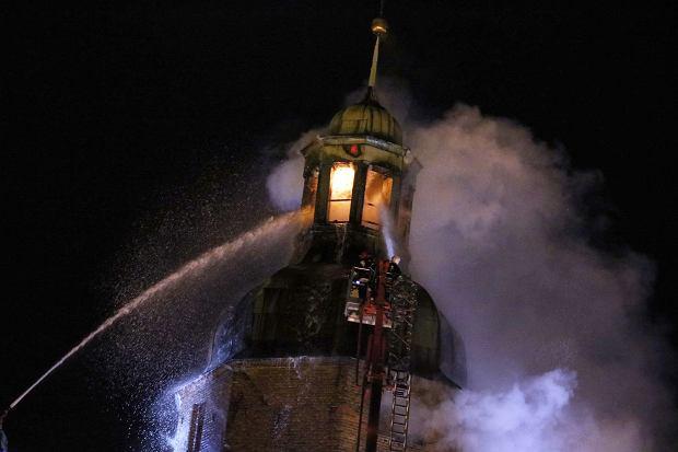 Nadal trwa gaszenie katedry w Gorzowie. Jest nadzieja [WIDEO Z NOCNEJ AKCJI]