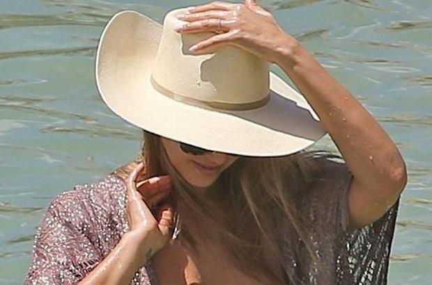 Jessica Alba przebywa obecnie na Hawajach. Fotoreporterzy zrobili jej zdjęcia na plaży, gdzie próbowała zakryć swój ciążowy brzuszek. Nie udało się, dzięki czemu możemy zobaczyć, że jej ciało powoli się zmienia.