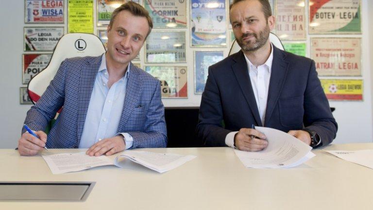 Jakub Szumielewicz i Wojciech Cłapiński podpisują umowę o powstaniu nowej sekcji