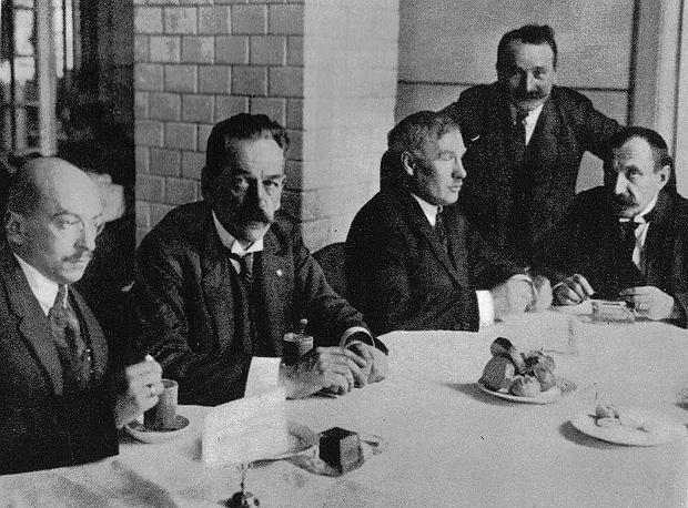PPS: Adam Pragier, Jędrzej Moraczewski, Norbert Barlicki, Marian Malinowski i Rajmund Jaworowski w sejmowym bufecie