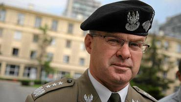 Generał Waldemar Skrzypczak. Jeden z najpopularniejszych generałów wśród żołnierzy, były dowódca wojsk lądowych został zwolniony 'przez telefon' z Wojskowego Instytutu Technicznego Uzbrojenia. Generał bronił godności munduru