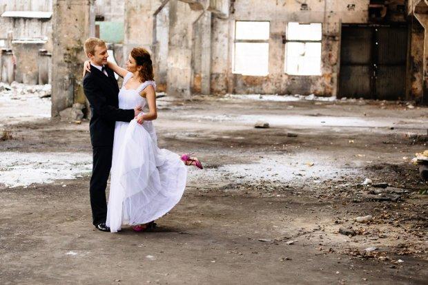 R�cznie robione buty na �lub i wesele: czym r�ni� si� od swoich odpowiednik�w z sieci�wek?
