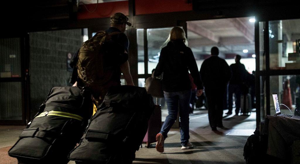 Pasażerowie na lotnisku