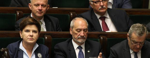 """Szydło: """"Rafał zostaje, bo jest ze mną"""". Kto się musi ratować, by nie wypaść z rządu?"""