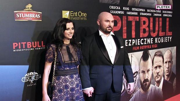 """W środę swoją premierę miał najnowszy film Patryka Vegi """"Pitbull. Niebezpieczne kobiety"""". Reżyserowi towarzyszyła jego piękna żona Katarzyna Słomińska. Para pobrała się w 2010 roku po kilku latach związku."""