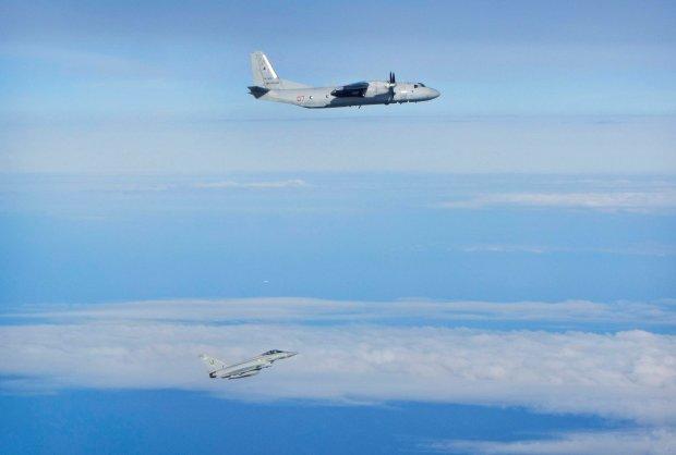 Samolot An-26 w towarzystwie brytyjskiego my�liwca (zdj�cie pogl�dowe)