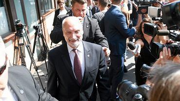Minister obrony narodowej Antoni Macierewicz opuszcza siedzibę PiS