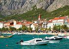 Chorwacja, Makarska, Riwiera Makarska. Makarska to miasto portowe, centrum Riwiery Makarskiej, jedno z najbardziej atrakcyjnych miejsc na wybrze�u Chorwacji. Serce miasta stanowi stare miasto urz�dzone w �r�dziemnomorskim stylu. Nowa cz�� posiada mn�stwo hoteli, willi, sklep�w, restauracji.