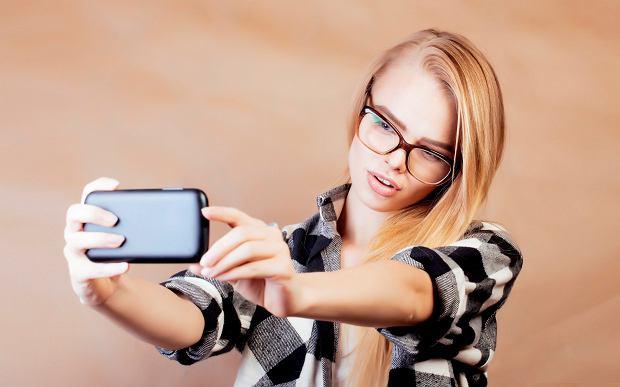 Co robią nastolatki w swoich telefonach? Sekstują, czyli przesyłają swoje intymne zdjęcia