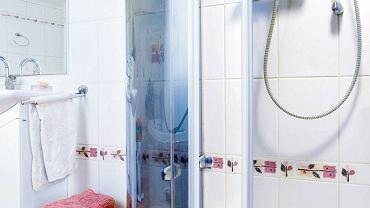 <B>Przeciekają drzwi kabiny prysznicowej? To znak, że trzeba wymienić starą uszczelkę. Pokazujemy, jak to zrobić.</B> <BR />Potrzebne materiały i narzędzia: uszczelka, nożyk uniwersalny, preparat do usuwania kamienia i pleśni z urządzeń łazienkowych, flamaster.