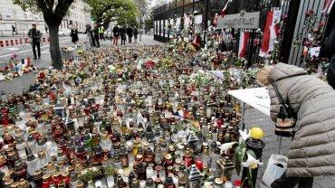 Warszawa, 16 listopada 2015 r. Znicze pod ambasadą Francji składane w hołdzie zamordowanym przez terrorystów w serii sobotnich zamachów w Paryżu