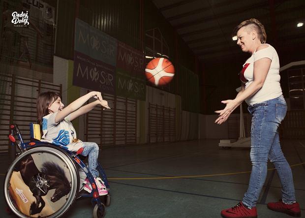 Mama niepełnosprawnego Adriana: 'Nie lubię, gdy ludzie natarczywie patrzą, komentują. Syn to widzi, ale nie reaguje'