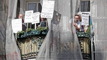 13.08.2012 Poznań. - Nie wpuścimy was, złodzieje i bandyci! - krzyczeli z balkonu mieszkańcy kamienicy przy ul. Stolarskiej. Dziś kamienica jest własnością dwóch biznesmenów, stoi pusta
