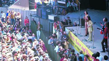 Janis Joplin i muzycy zespołu Big Brother and the Holding Company na scenie festiwalu Monterey. Okazał się on jednym z najważniejszych momentów Lata Miłości, pierwszym wielkim festiwalem rockowym - trwał od 16 do 18 czerwca 1967 r. i trakcie tych trzech dni wystąpiło 27 grup i solistów grający niemal wszystkie ówczesne gatunki muzyki popularnej. Nie pojawili się natomiast czarni artyści z kręgu słynnej wytwórni płytowej Motown Records. Wśród organizatorów znaleźli się Paul McCartney i Mick Jagger, choć ani Beatlesi, ani Rolling Stonesi nie wystąpili w Monterey.