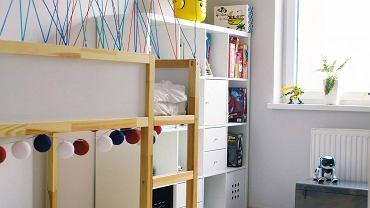 PO ZMIANIE. Pojemny re-gał ułatwił zaprowadzenie porządku wśród zabawek i gier. Sporo rzeczy mieści się też w metalowej skrzyni, która służy również jako siedzisko. Część drewnianych skrzynek po zawieszeniu na ścianie zamieniła się w dodatkowe półki.