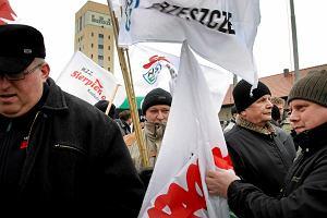 Protest pod ziemi� prowadzi 800 g�rnik�w. O godz. 14 wznowiono rozmowy z rz�dem