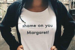 """Margaret oskar�ona o plagiat. Koszulki z linii """"Sinsay by Margaret"""" zbyt podobne do T-shirt�w Shameless?"""