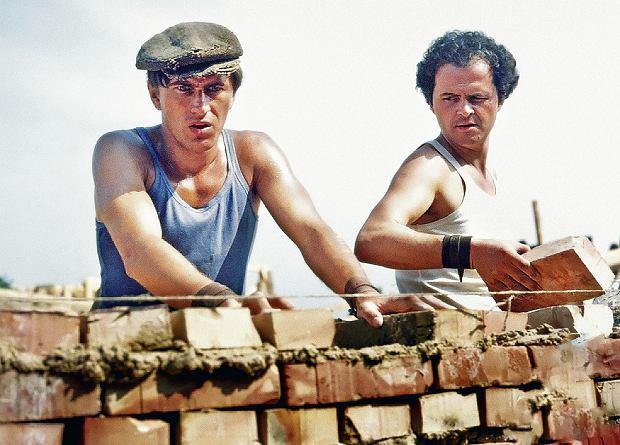 Mateusz Birkut (Jerzy Radziwiłowicz) i Wincenty Witek (Michał Tarkowski) biją w Nowej Hucie murarski rekord.
