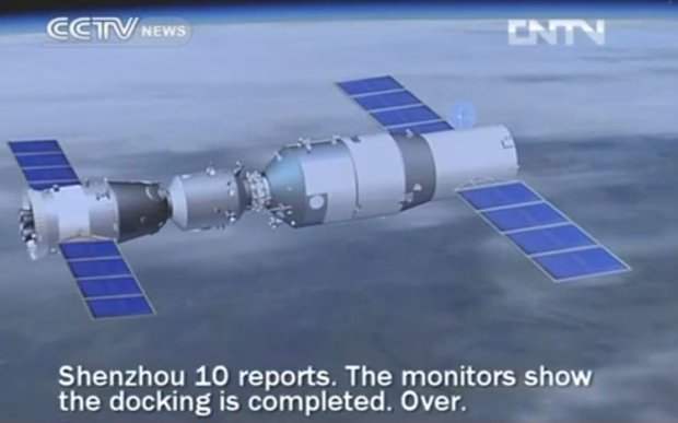 the Moment youłąconnection  Shenzhou 10 and Tiangong station