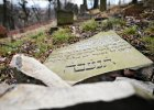 Wandale zniszczyli macewy na żydowskim cmentarzu w Gdańsku