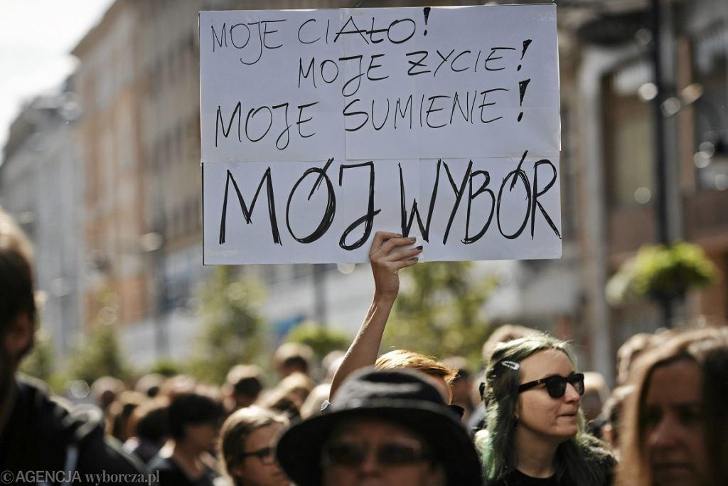 Protest przeciw projektowi zaostrzenia ustawy aborcyjnej w Łodzi (fot. Marcin Stępień/AG)