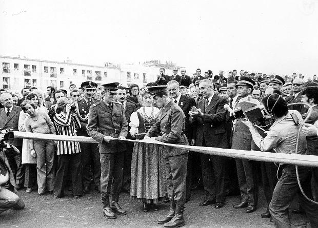11 października 1976 r., uroczyste otwarcie trasy: pierwszy sekretarz KC PZPR Edward Gierek (klaszcze), obok niego po lewej premier Piotr Jaroszewicz, a po prawej szef MON gen. Wojciech Jaruzelski. Gierek i inni przemawiający wielokrotnie podkreślali, że trasa nie powstałaby bez pomocy wojska. O wkładzie żołnierzy przypominały też dwa przydrożne pomniki Czynu Żołnierskiego - w Piotrkowie Trybunalskim i Częstochowie. Ten drugi na początku lat 90. został przerobiony na reklamę pobliskiego motelu, ale gdy z tego powodu wybuchła awantura, w pobliżu ustawiono nowy - znacznie mniejszy.