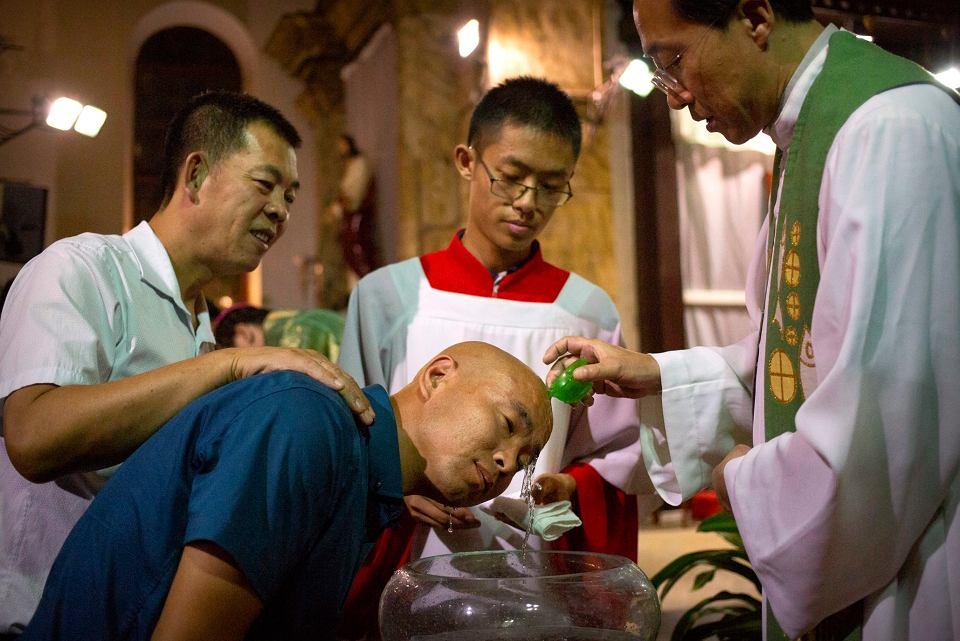 Sakrament chrztu świętego w katedrze Niepokalanego Poczęcia w Pekinie.