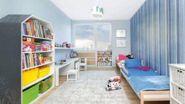 Na ścianach króluje teraz niebieski kolor w kilku odcieniach. Jedną z nich oklejono pasiastą tapetą; pozostałe są pomalowane jasnobłękitną farbą. Lampa sufitowa, z abażurem ozdobionym malowidłami dzieci, jest ta sama co przedtem.
