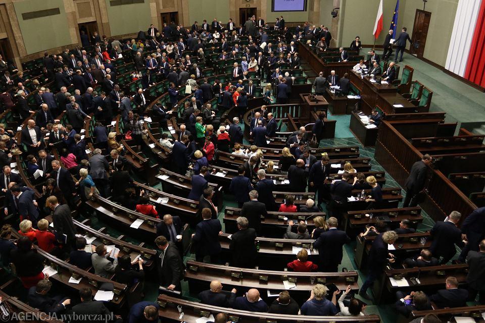 Posłowie PiS i ruchu Kukiza przegłosowali w piątek uchwałę w sprawie polityki imigracyjnej