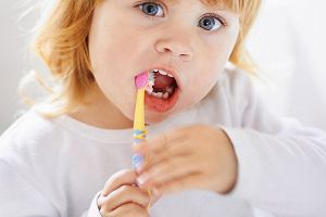 Większość z nas źle myje zęby: niedokładnie, pospiesznie, niesystematycznie. A Dzieci robią to jeszcze gorzej
