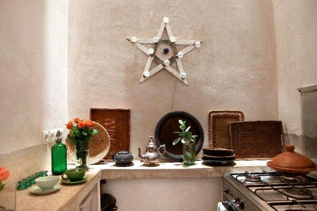 Kuchnia. Surowe, wapienne ściany w kremowym odcieniu bieli. Pochodząca z mediny gwiazda w roli lampy. Na blacie z polerowanego betonu stoją tradycyjne wyplatane tace, imbryki do herbaty, a na kuchence tadżin, bez którego nie ma marokańskiej kuchni.