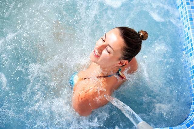Do masażu wodnego wykorzystuje się natryski lub bicze wodne