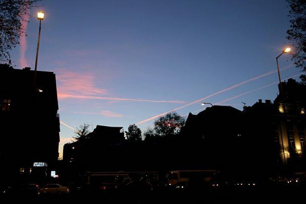 Smugi kondensacyjne nad Krakowem w czasie zachodu słońca