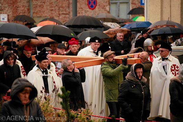 Zdjęcie numer 0 w galerii - Nieśli krzyż przez centrum Kielc. Droga krzyżowa przeszła ulicami miasta [DUŻE ZDJĘCIA]